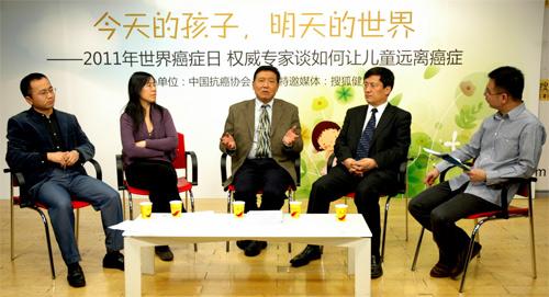 從左起:劉慶春教授、楊焱教授、張廣超教授、支修益教授、搜狐健康主持人